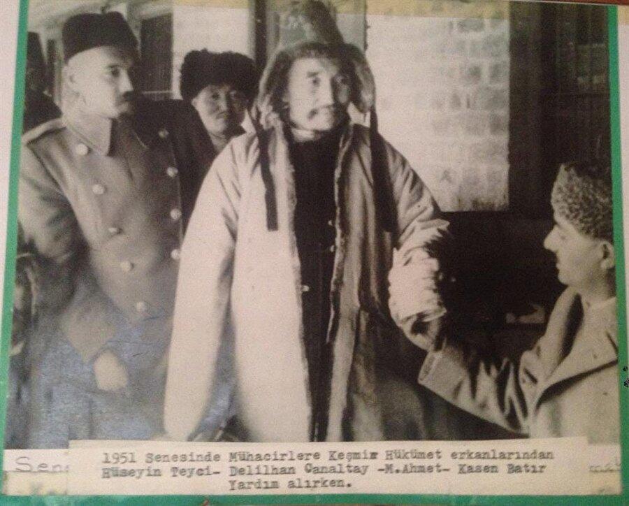 1951'de Kazak Mühacirlerden Hüseyin Teyci ve arkadaşları Keşmir hükumet yetkililerinden yardım alırken.