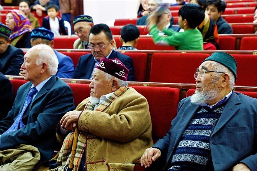 """""""65. Yılında Türkiye'ye Kazak Göçü"""" Anma Programına katılan göç mağduru yaşlı Kazaklar."""