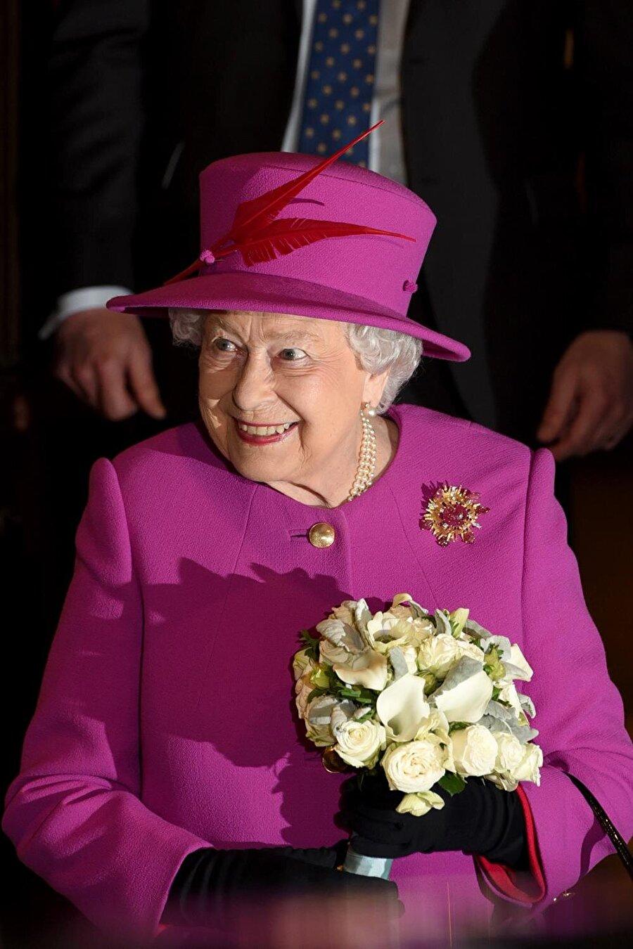 II. Elizabeth'in etkinliklere oğlu Prens Charles'ı göndermesi, 'Gölge Kral' benzetmesine neden oldu.