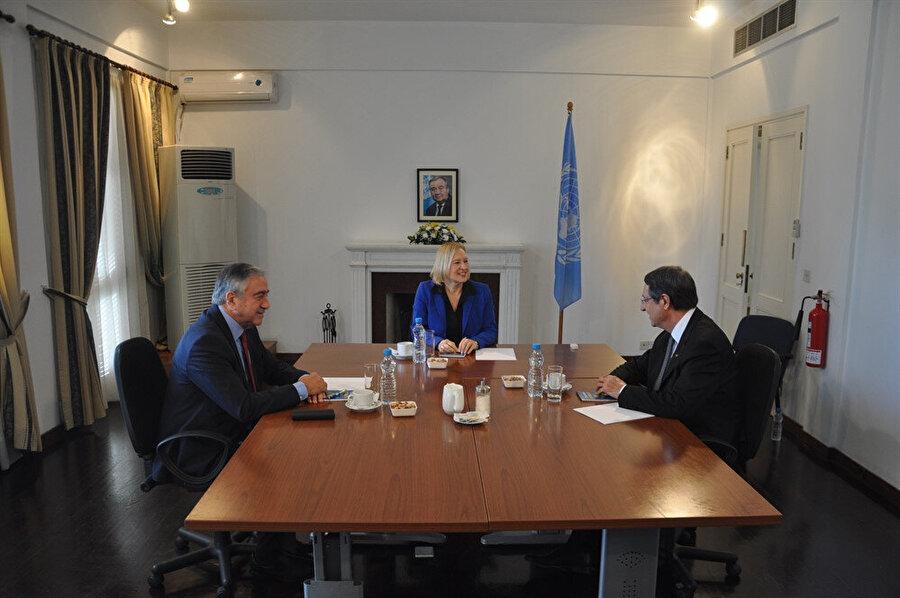 Kuzey Kıbrıs Türk Cumhuriyeti (KKTC) Cumhurbaşkanı Mustafa Akıncı, Rum yönetimi lideri Nikos Anastasiadis'i, Doğu Akdeniz'deki hidrokarbon araştırmaları konusunda uyardı. Akıncı, 'Anastasiadis'le başbaşa olan görüşme kısmında hidrokarbonla ilgili olarak gelmekte olan krize işaret ettim. Bir yanda çözüm için çaba harcarken, öte yandan da hidrokarbon olayında da bölgesel işbirliklerini geliştirilmesi gerektiğinin altını çizdim' dedi.