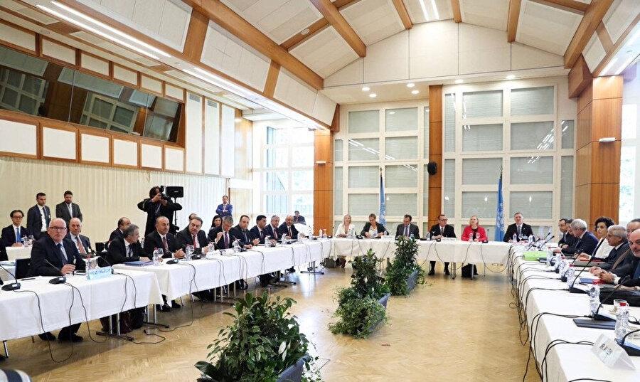 Konferansın son gününde Birleşmiş Milletler (BM) Genel Sekreteri Antonio Guterres, Kuzey Kıbrıs Türk Cumhuriyeti (KKTC) Cumhurbaşkanı Mustafa Akıncı ve Rum lider Nikos Anastasiadis, garantör ülke konumundaki Türkiye'yi temsilen Dışişleri Bakanı Çavuşoğlu'nun yanı sıra Yunanistan Dışişleri Bakanı Nikos Kotzias ve İngiltere'nin Avrupa ve Amerika'dan Sorumlu Devlet Bakanı Alan Duncan, BM Genel Sekreteri'nin Kıbrıs Özel Danışmanı Espen Barth Eide ve konferansa gözlemci sıfatıyla katılan Avrupa Birliği (AB) Dış İlişkiler ve Güvenlik Politikası Yüksek Temsilcisi Federica Mogherini ile resmi akşam yemeğinde bir araya gelmişti.