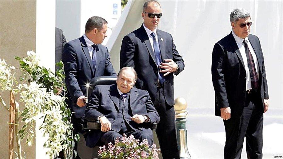 Geçirdiği bir felç dolayısıyla tekerlekli sandalyeye bağımlı hale gelen 81 yaşındaki Buteflika, Cezayir içinde ordunun kontrolünde olan bir yönetici olarak görülüyor.