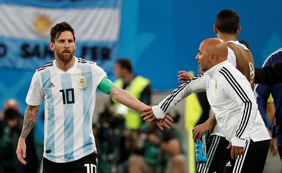 Dünya Kupası'nda Arjantin'in başında bulunan Sampaoli, Lionel Messi ile konuşuyor...