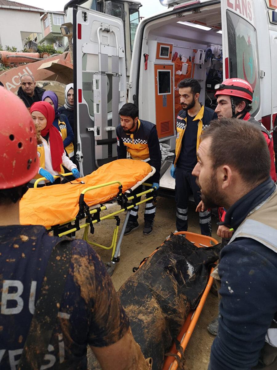 Ümraniye'de göçük nedeniyle toprak altında kalan 2 güvenlik görevlisinin cansız bedenine ulaşıldı.