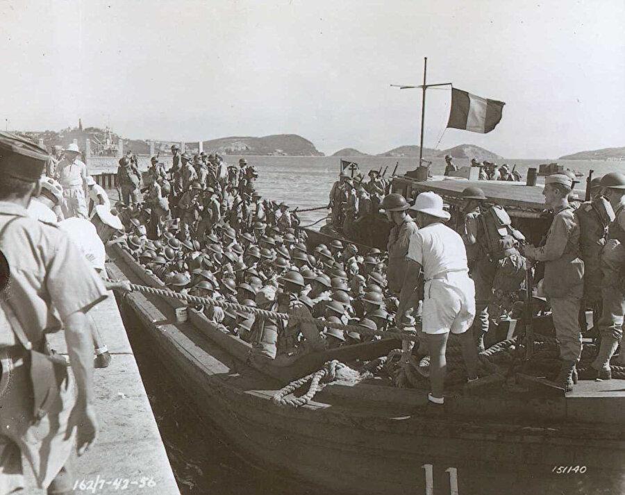 93 yıl önce Fransız sömürgeci askerlerinini adaya gelişini gösteren tarihi fotoğraf