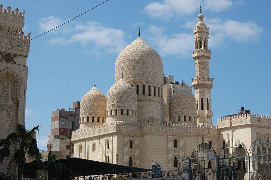İskenderiye'de, içinde Ebul Abbas el Mursî'nin kabrinin bulunduğu cami.