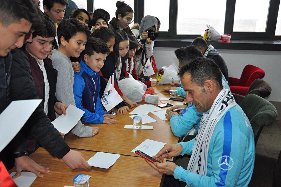 Osman Çakmak minik hayranlarına imza veriyor.