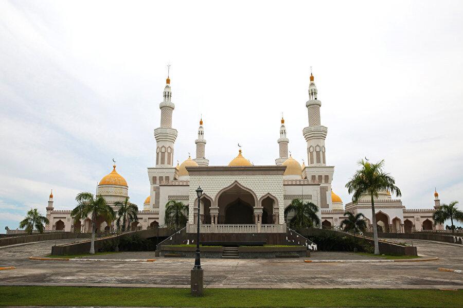 Mindanao'da Brueni Sultanı Hasanal Bolkiah adına inşa edilen bu caminin arsasını da bölge halkı bağışlamış.