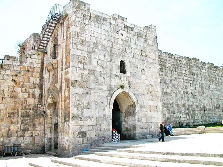 Rivayete göre, Salahaddîn Eyyûbî ve askerleri, bu kapıdan Kudüs'e girmiştir.