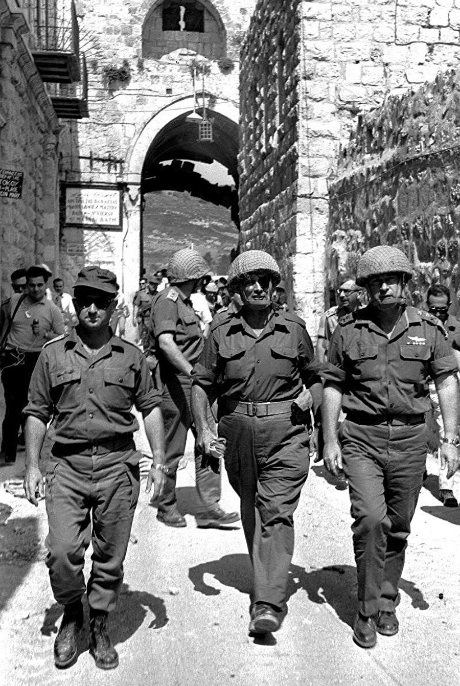 Uzi Narkiss (en solda), Moşe Dayan (ortada) ve Yitzhak Rabin, Esbât Kapısı'ndan Kudüs'e giriş yaparken..