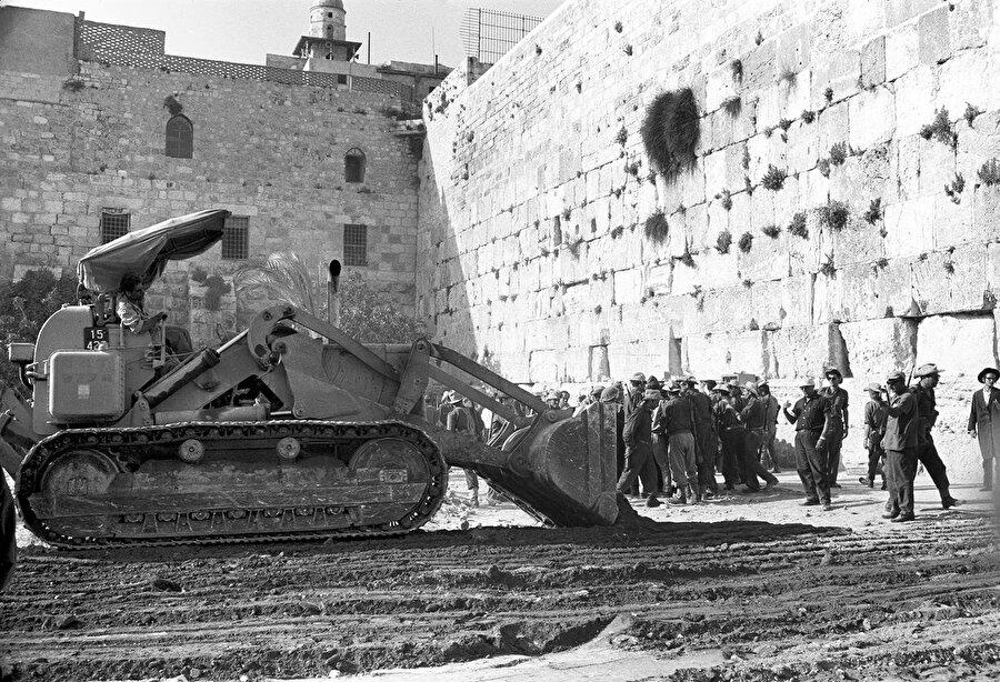 İşgalden hemen sonra, Ağlama Duvarı'nın önündeki alanı açmak için tarihî Mağribliler Mahallesi buldozerlerle yıkılarak yok edildi.