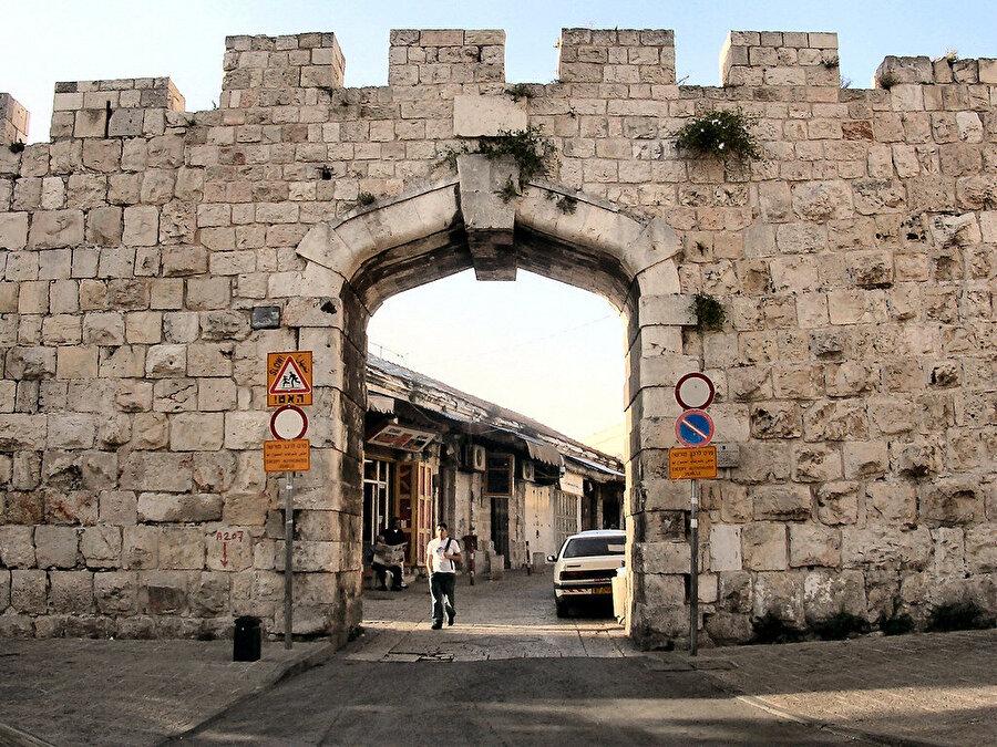 Yeni Kapı, Sultan İkinci Abdulhamid'in emriyle açılmıştır.