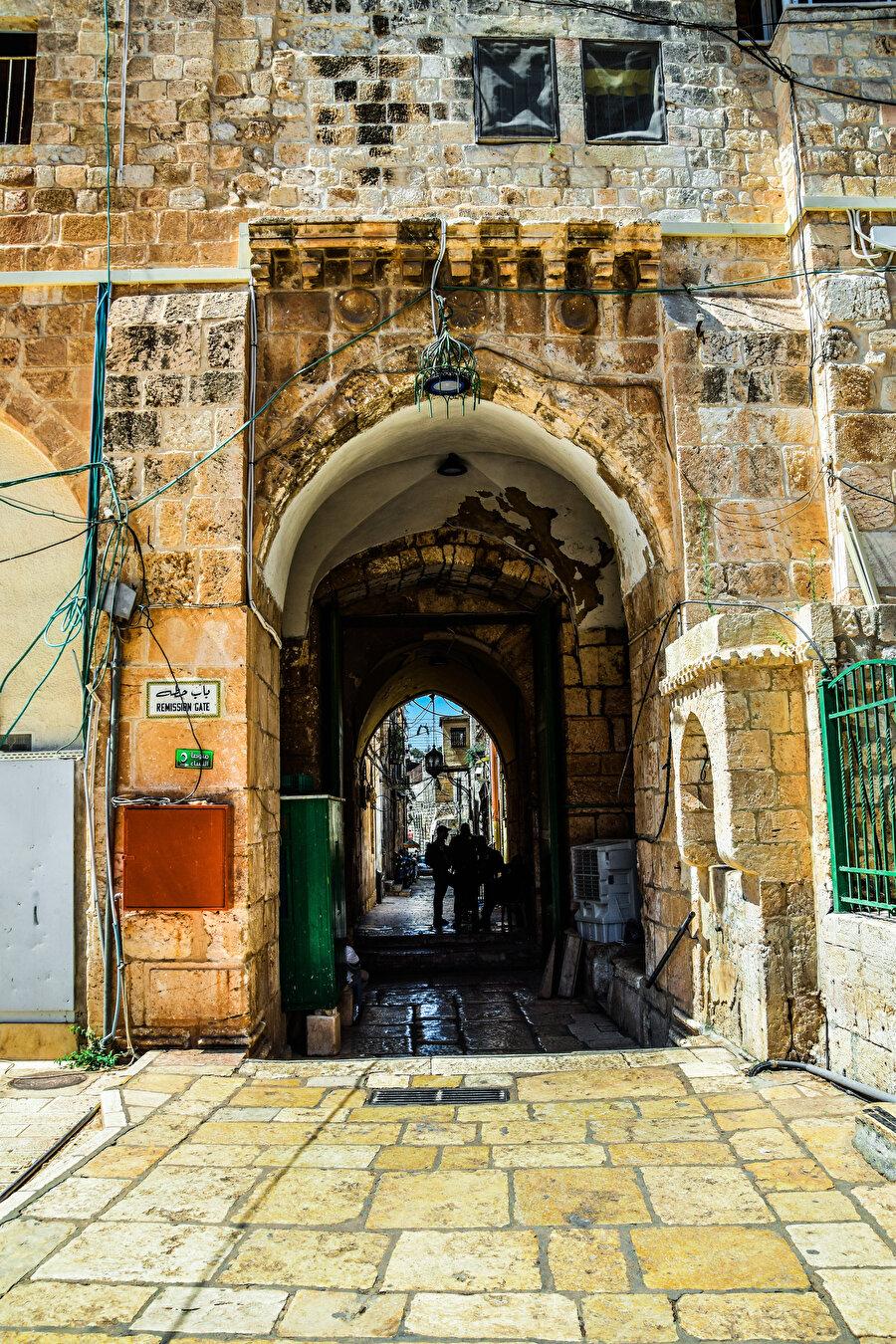 Aksâ'nın iç kısmından Hıtta Kapısı. (Fotoğraf: İbrahim Furkan Özdemir)