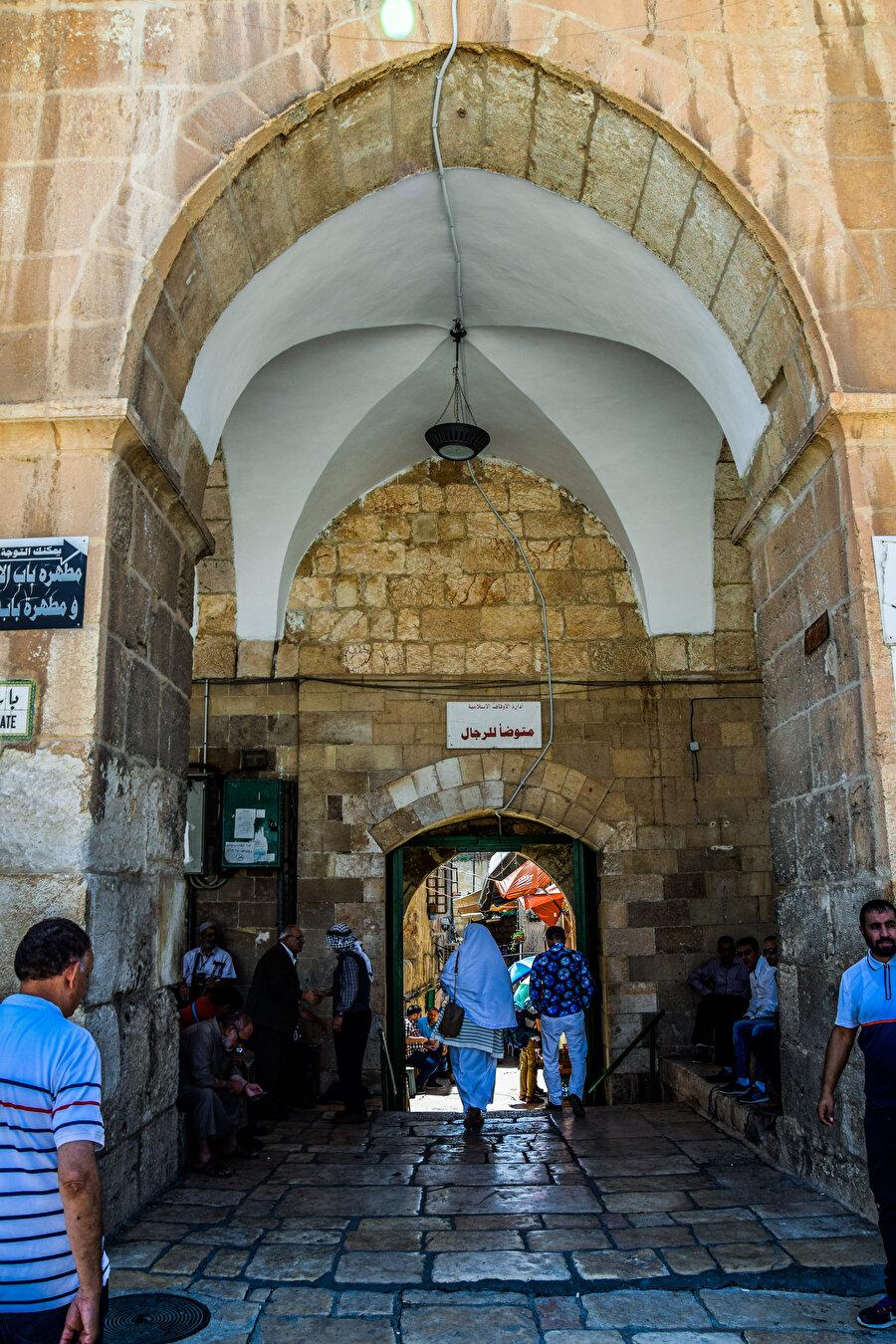 Mathara Kapısı, abdesthane ve lavabolara açılır. (Fotoğraf: İbrahim Furkan Özdemir)