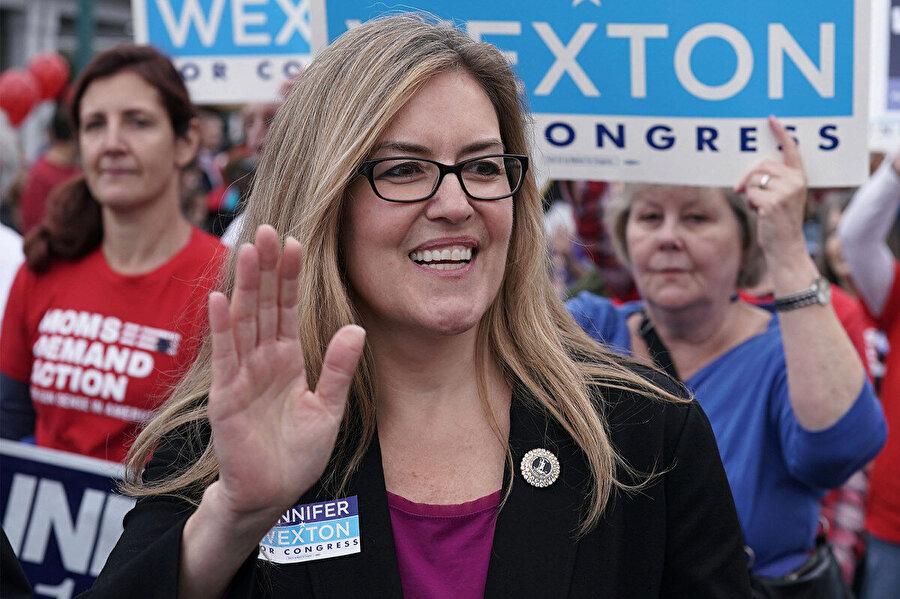 2016'da Donald Trump'ın önemli bir farkla kazandığı Virginia eyaletinin 10. seçim bölgesinde bu sefer Demokrat Parti adayı Jennifer Wexton zaferini ilan etti.