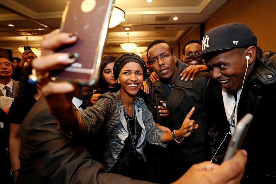Somali asıllı Ilhan Omar, zaferi kutladı.