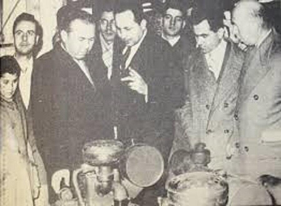 Maliye Vekili Hasan Polatkan ile Necmettin Erbakan yeni açılan fabrikayı geziyor.