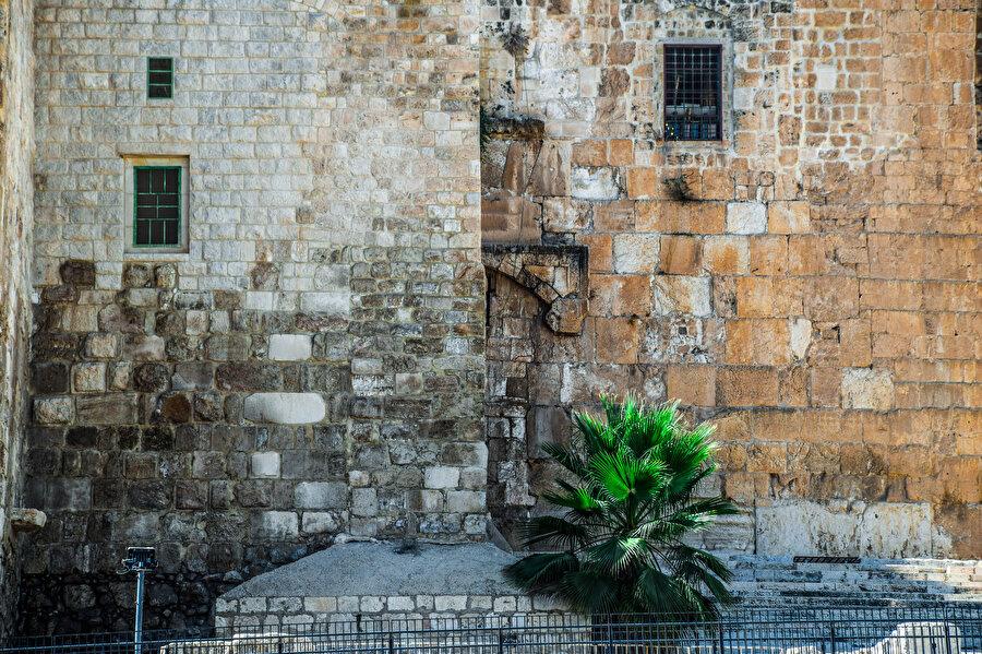 Aksâ'nın güney cephesindeki bütün kapılar kapalıdır. (Fotoğraf: İbrahim Furkan Özdemir)