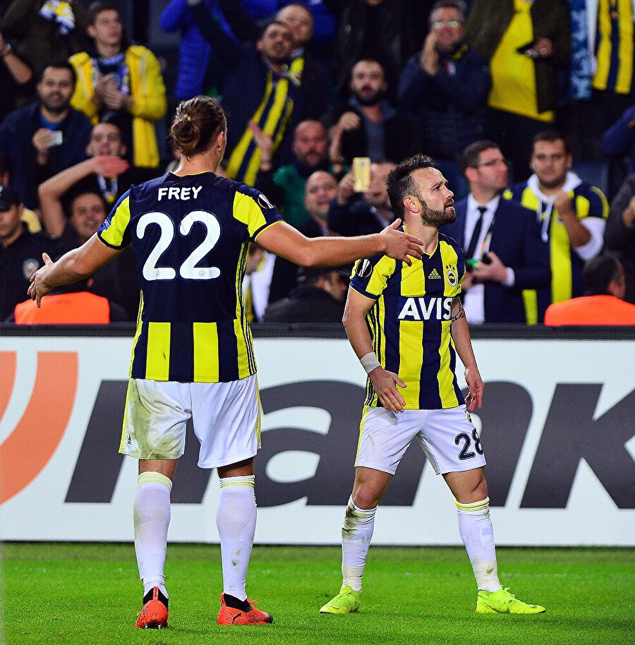 Valbuena attığı golün sevincini tribünlerle paylaşırken Frey de yanına gidiyor.