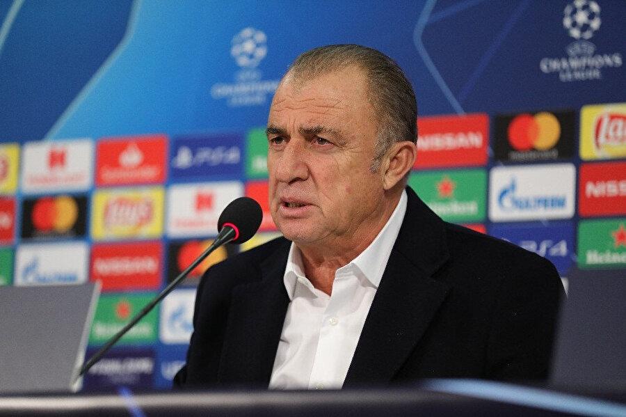 Fatih Terim, Schalke 04 maçı sonrası basın toplantısında konuşma yaparken.