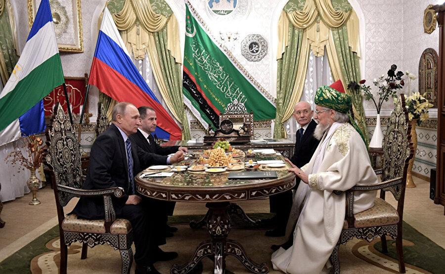 Rusya Müslümanları Merkezi Dini İdaresi Başkanı Baş Müftüsü Talgat Taceddin Rusya Devlet Başkanı Vladimir Putin'le birlikte.