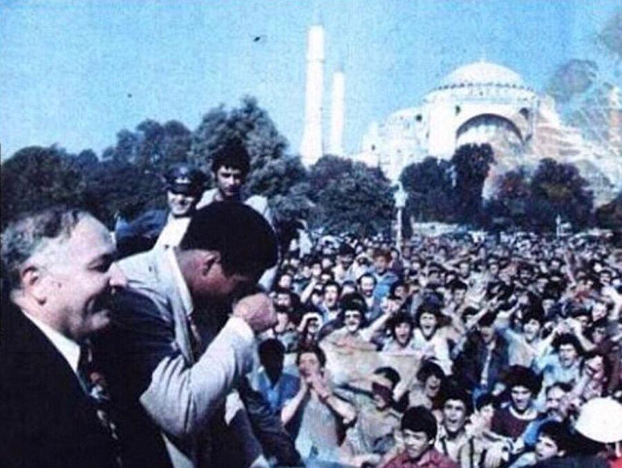 On binlerce kişi, Ali'yi görmek için Sultanahmet Meydanı'nı doldurdu.