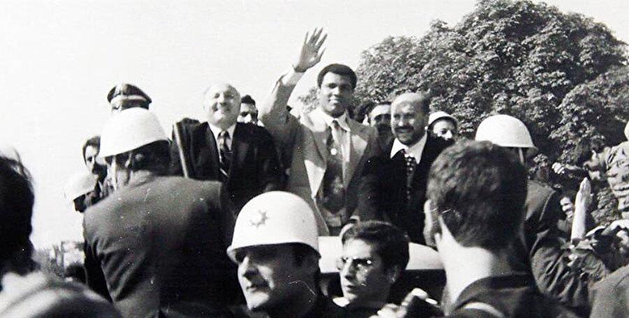Ali, kendisi için toplanan kalabalığı selamlarken...