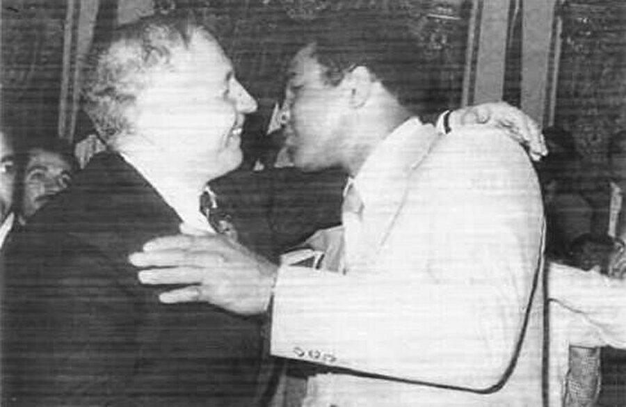 """Ali, """"İlk kez bir beyaz liderle kucaklaştım"""" dediği Necmettin Erbakan'la."""