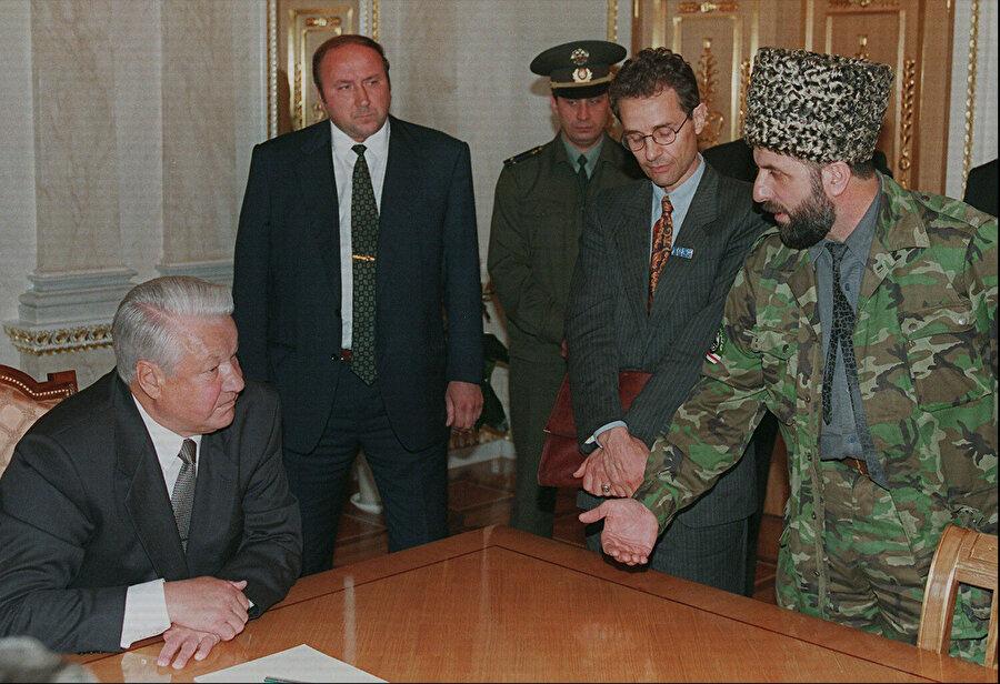 Zelimhan Jandarbiyev 27 Mayıs 1996 yılında dönemin Rusya Devlet Başkanı Boris Yeltsin'le görüşmesinde Yeltsin'in masanın başına oturmasını kabul etmemiş ve eşit şartlarda karşılıklı oturmaları gerektiğini belirterek isteğini kabul ettirmişti.