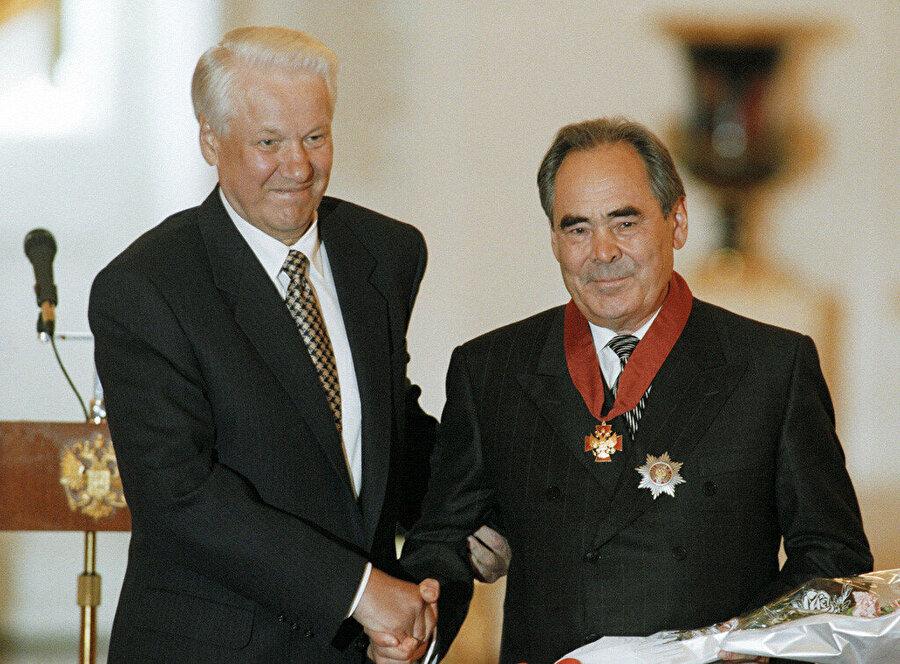 """Rusya Devlet Başkanı Boris Yeltsin dönemin Tataristan Cumhurbaşkanı Mintimer Şeymiyev'e """"Rusya Federasyonu Devlet Nişanı"""" takdim etmişti. Tarih: 19 Mayıs 1997"""