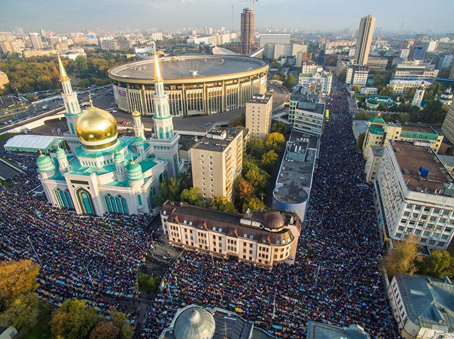Moskova Merkez Camii'nde kılınan Bayram Namazlarına bölgedeki binlerce Müslüman akın ediyor.