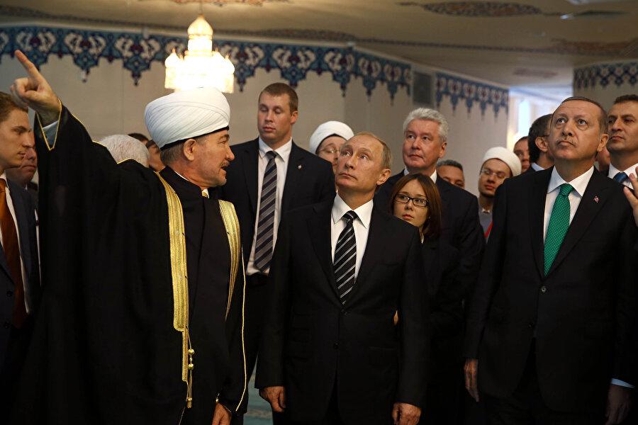 Moskova Merkez Camii açılışı...Rusya Müslümanları Merkezi Dini İdare Başkanı ve Rusya Müftüler Konseyi Başkanı Ravil Gaynuddin Vladimir Putin ve Recep Tayyip Erdoğan'a camiyle ilgili bilgi verirken. Yıl 2015