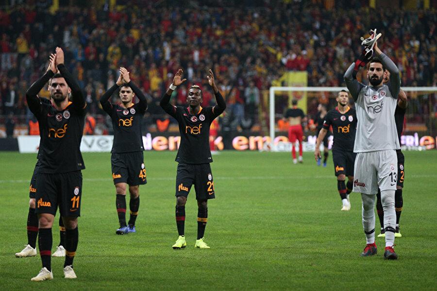 Galatasaraylı oyuncular, karşılaşma sonrasında deplasmanda kendilerini yalnız bırakmayan sarı kırmızılı taraftarları selamlıyor...