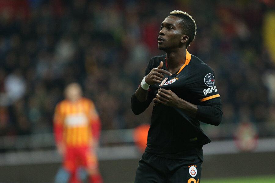 Nijeryalı futbolcu Onyekuru, attığı ilk golün sevincinde Galatasaray armasını gösteriyor...