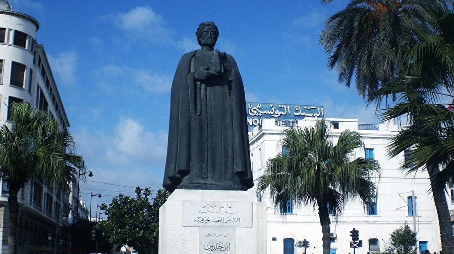 Tunus'un başkenti Tunis'teki İbn Haldun heykeli.