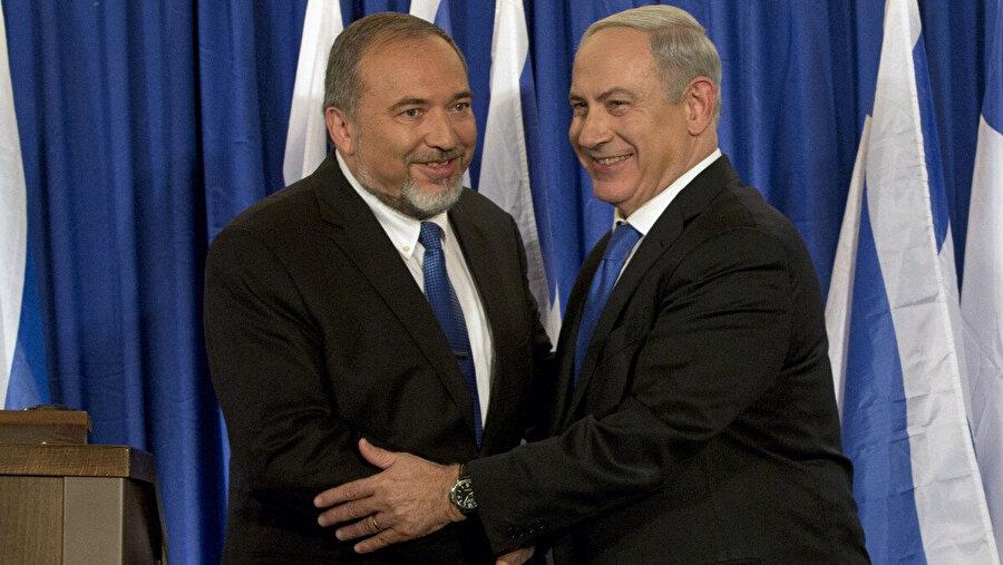 Başbakan Benyamin Netanyahu (sağda), medya önündeki gülümsemelere rağmen, Avigdor Liberman'la gergin bir ilişkiye sahipti.