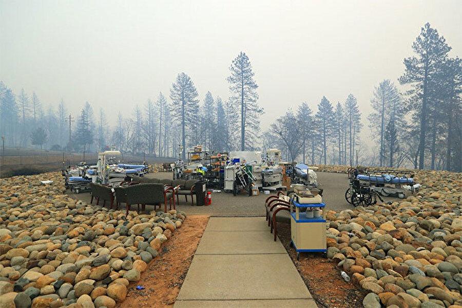 Kurulan sahra hastanesi yangın nedeniyle rahatsızlanan insanlara hizmet verdi.