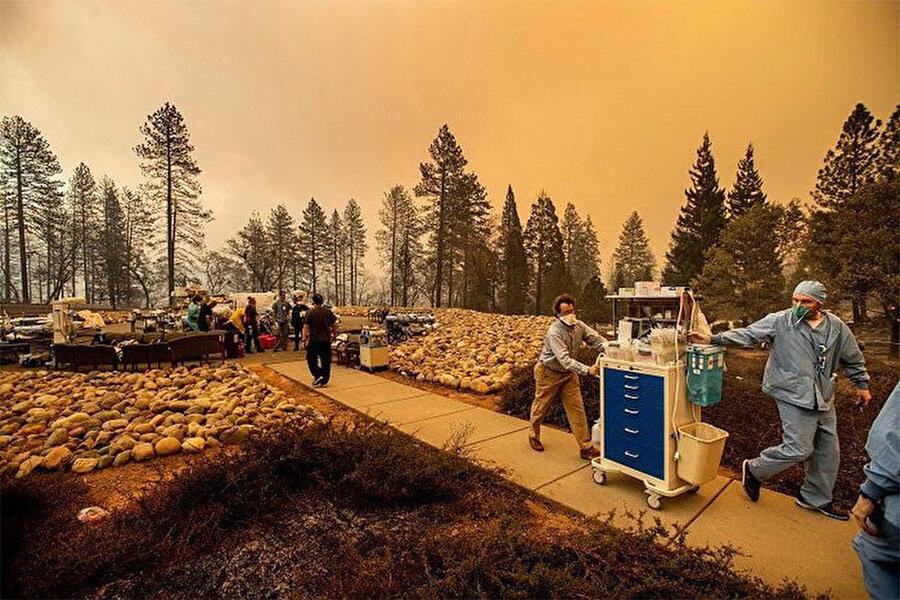 Yangın nedeniyle tahliye edilen hastanedeki önemli malzemeler güvenli bir bölgeye taşınarak sahra hastanesi kuruldu.