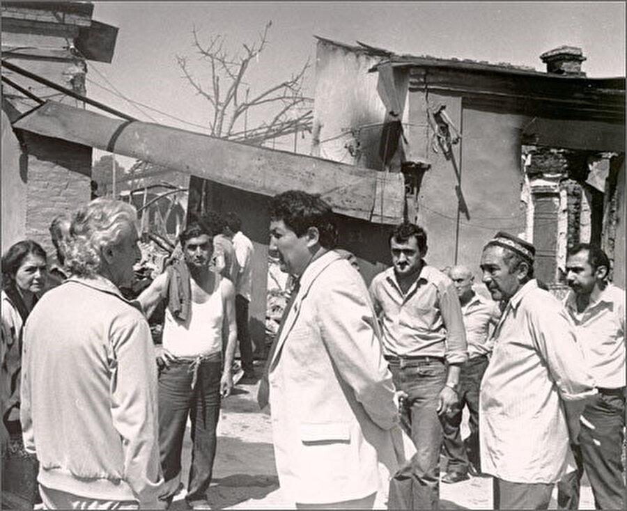 Fergana olaylarından sonra, Özbek yetkililerin evleri yakılan Ahıskalılarla yaptığı görüşmelerden bir kare.