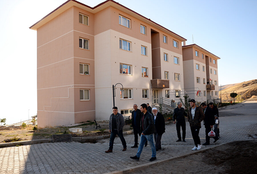 Türkiye Cumhurbaşkanı Recep Tayyip Erdoğan'ın talimatıyla Ukrayna'dan getirilerek Bitlis'in Ahlat ilçesine yerleştirilen Ahıska Türkleri için TOKİ'nin yaptığı binalardan birisi.