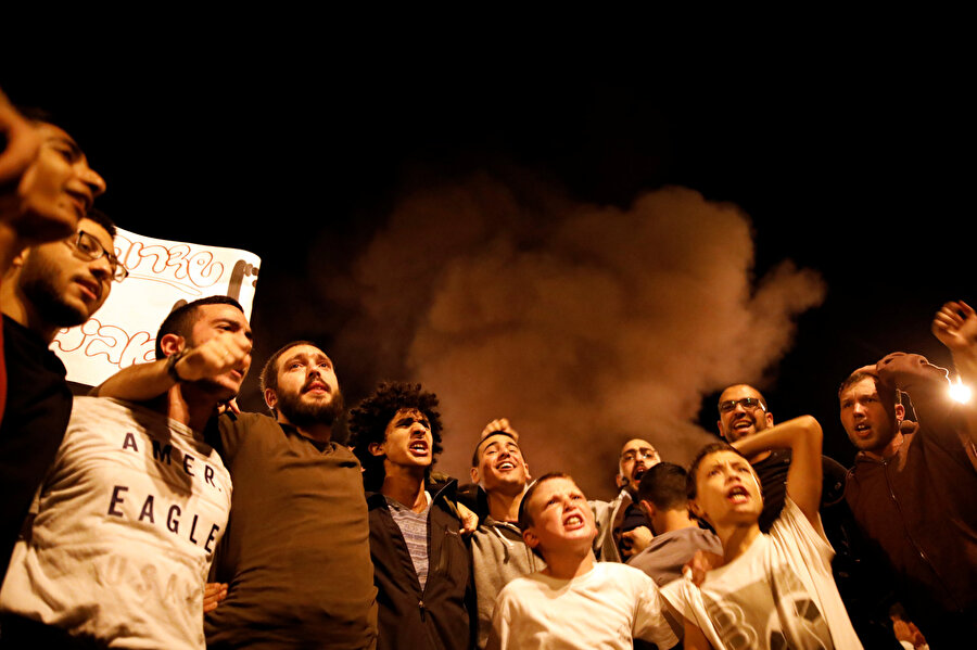 İsrail ve Gazze arasında yapılan ateşkesin duyurulmasının ardından, Güney İsrailliler devletlerinin verdiği kararı eleştirmek adına protesto gösterileri düzenledi.