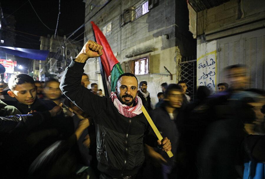 Ateşkesin ardından sokağa dökülen Filistinliler direniş hareketleri lehine sloganlar attı.