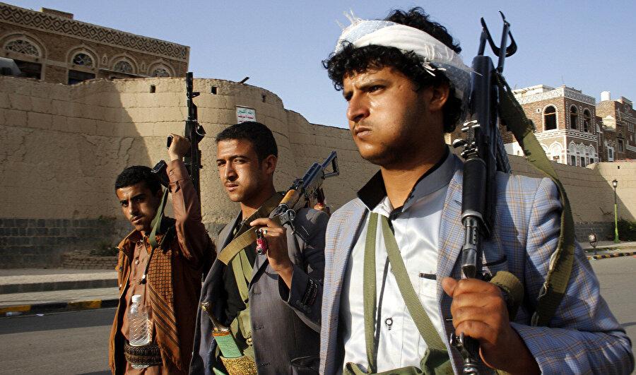 Başkent Sanaa'da devriye gezen Hûsî milisler.