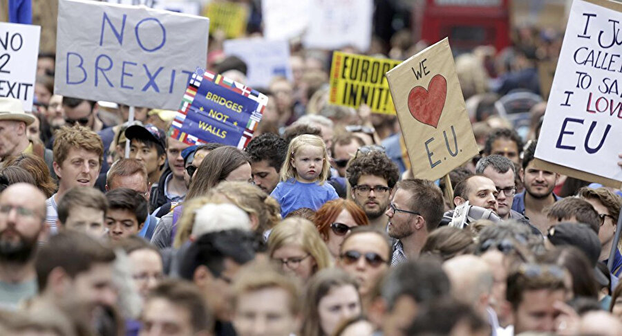 Geçtiğimiz ay içinde düzenlenen Brexit karşıtı gösteriye en az 670 bin kişi katılmıştı. Göstericiler, Brexit'in yapılacağını Mart 2019'dan önce AB'de kalmanın da seçenekler arasında olduğu bir referandum talep ediyor.