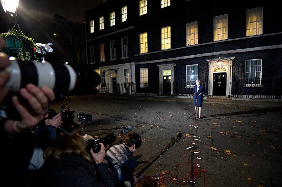 İngiltere'nin başbakanı olarak bundan daha iyi bir anlaşmanın elde edilemeyeceğine inandığını söyleyen May, diğer ihtimallerin AB'den anlaşmasız ayrılmak ya da hiç ayrılmamak olduğunu dile getirdi.