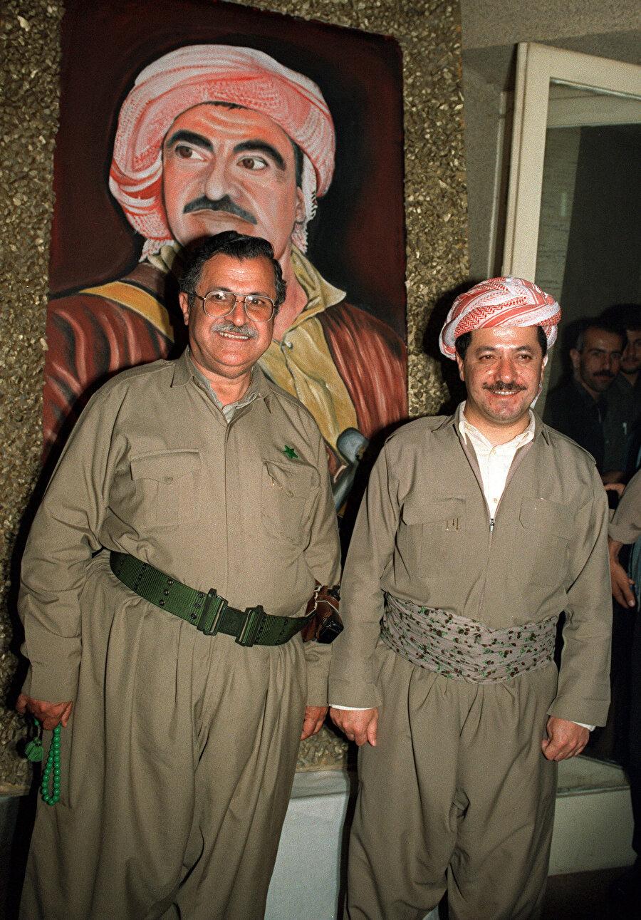 Kürdistan Yurtseverler Birliği başkanı Celal Talabani ve Kürdistan Demokratik Partisi başkanı Mesut Barzani 22 Mayıs 1992'de Molla Mustafa Barzani'nin portresi önünde.