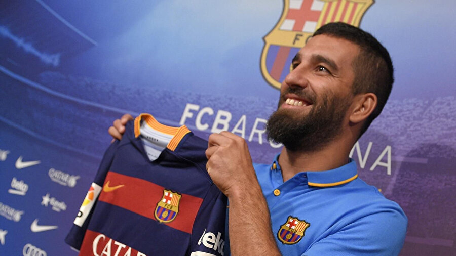 Arşiv: Arda Turan, Katalan devine imza attıktan sonra foto muhabirlere poz veriyor...