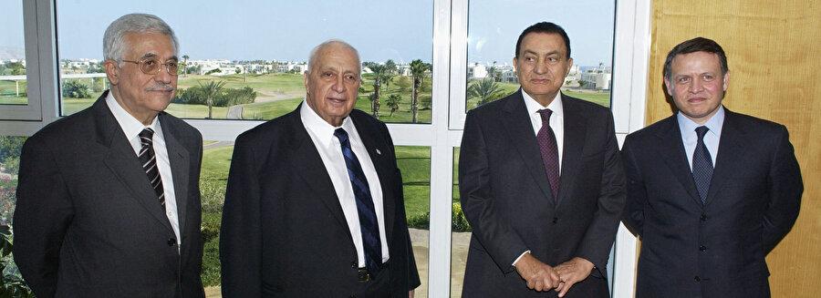 Mısır'ın Şarm el Şeyh kentinde 8 Şubat 2005 günü düzenlenen zirvede Filistin Devlet Başkanı Mahmud Abbas, İsrail Başbakanı Ariel Şaron, Mısır Cumhurbaşkanı Hüsnü Mübarek ve Ürdün Kralı Abdullah bir arada.