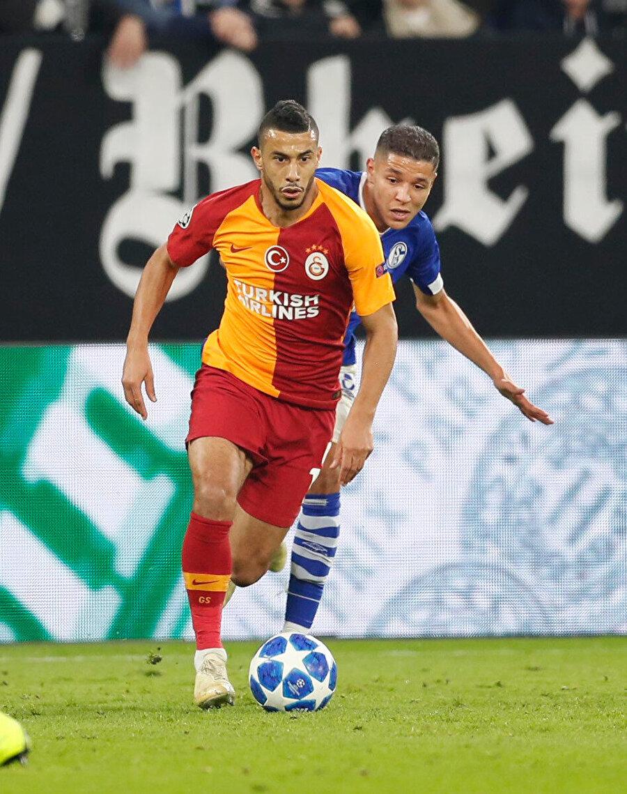 Belhanda Schalke 04 maçında topla ilerlerken.