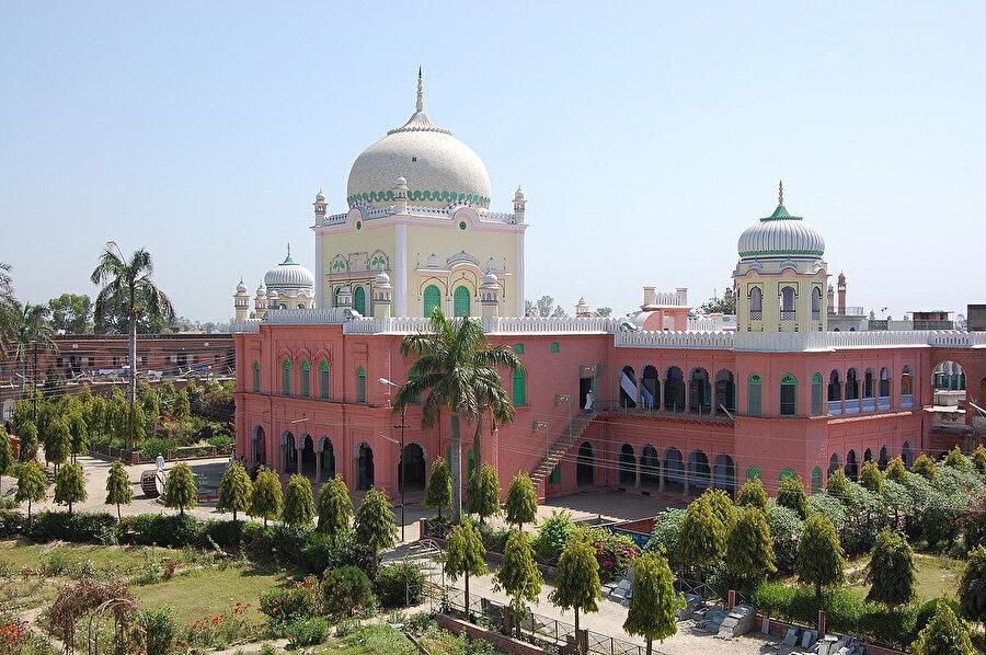 Diyobend'deki Dâru'l-Ulûm Medresesi, Hindistan'ın en köklü klâsik eğitim kurumlarından biridir.